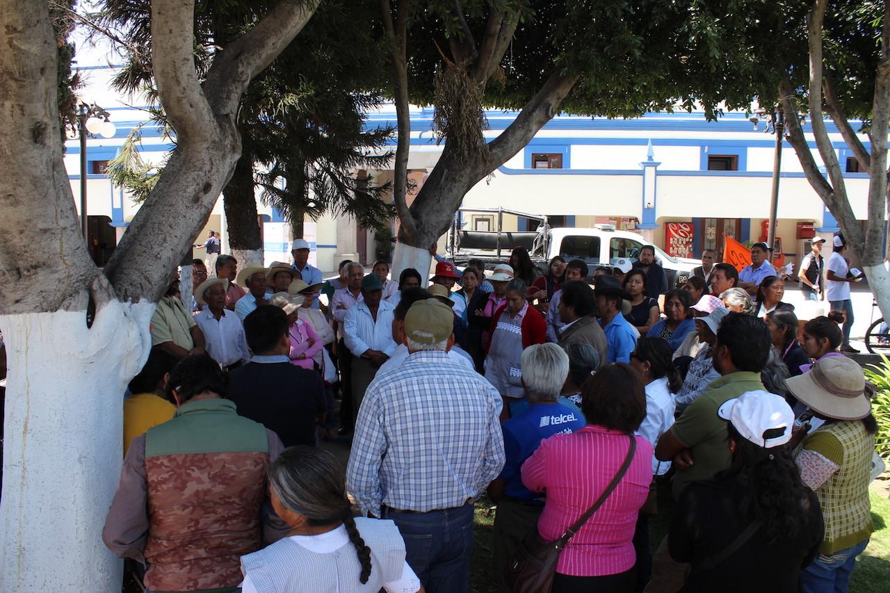 Comité Comunitario del Agua de Tlaxcalancingo frente al palacio municipal